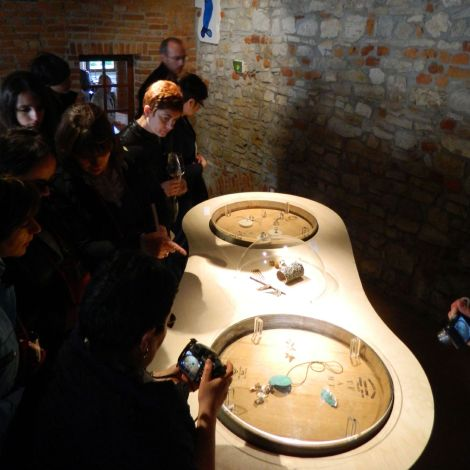 Gioielli in fermento 2012 L'allestimento nelle Scuderie di Torre Fornello